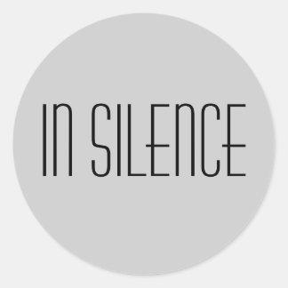 Sticker Rond Dans l'autocollant de silence--Moderne gris