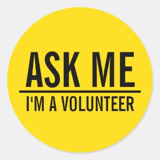 Sticker Rond Demandez-moi l'insigne de volontaire de jaune de |