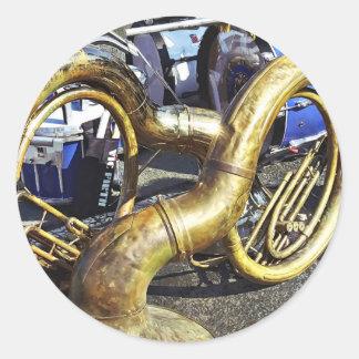 Sticker Rond Deux sousaphones et tambours
