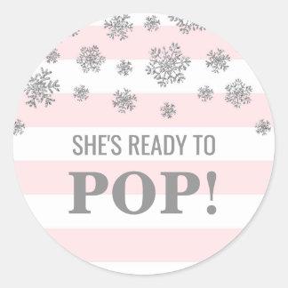 Sticker Rond Elle est prête à sauter les flocons de neige