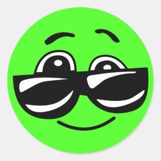 Sticker Rond Emoji vert frais avec des lunettes de soleil