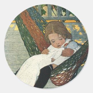 Sticker Rond Enfant vintage avec une poupée par Jessie Willcox