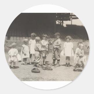 Sticker Rond enfants des années 1920 jouant sur le terrain de