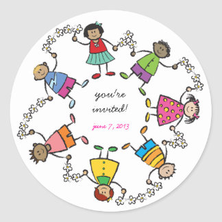 Sticker Rond Enfants heureux d'amis autour de l'autocollant de