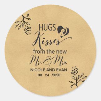 Sticker Rond Étreintes et baisers de nouveaux M. et Mme Wedding