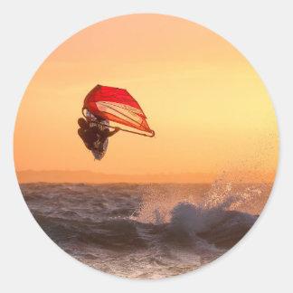 Sticker Rond Faire de la planche à voile au surfer de coucher