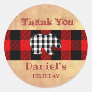 Sticker Rond Faveur rouge d'ours d'anniversaire de bûcheron de