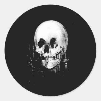 Sticker Rond Femme avec la réflexion de crâne de Halloween dans