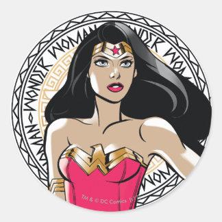 Sticker Rond Femme de merveille avec l'emblème tribal grec