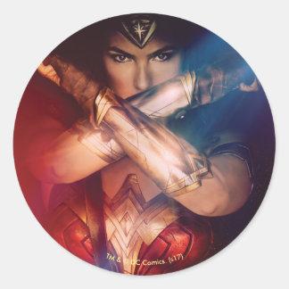 Sticker Rond Femme de merveille bloquant avec des bracelets