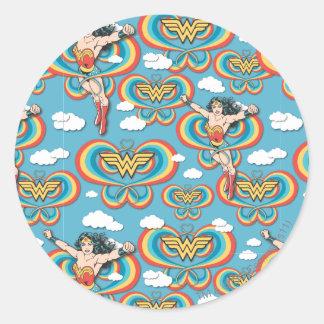 Sticker Rond Femme de merveille pilotant le motif élevé