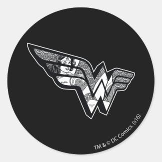 Sticker Rond Femme de merveille s'asseyant dans le logo à