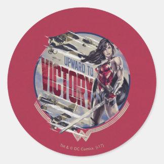 Sticker Rond Femme de merveille vers le haut à la victoire