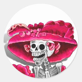 Sticker Rond Femme squelettique riante dans le capot rouge