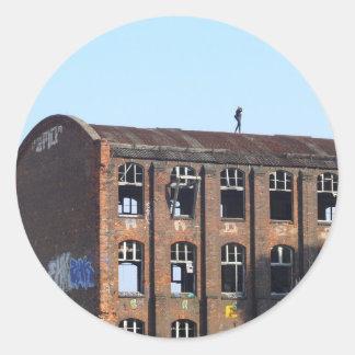 Sticker Rond Fille sur le toit - endroits perdus
