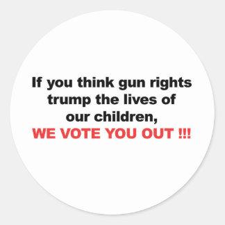 Sticker Rond Juste d'arme à feu au-dessus des enfants ? Nous