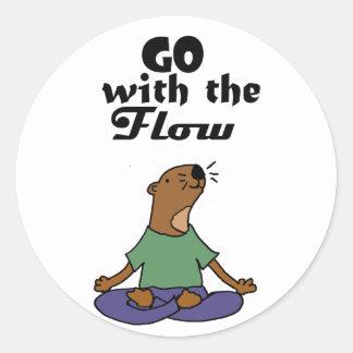 Sticker Rond La bande dessinée fraîche de yoga de loutre de mer