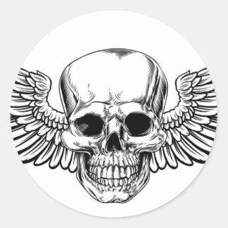 Sticker Rond La gravure sur bois vintage à ailes en crâne a