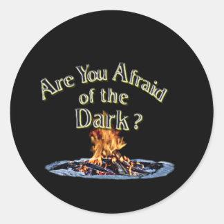 Sticker Rond La question est sont vous effrayés de l'obscurité