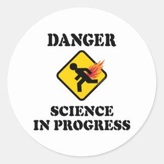 Sticker Rond La Science de danger en cours - humour flamboyant