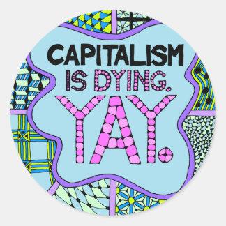 Sticker Rond Le capitalisme meurt. Yay. Activisme drôle cynique
