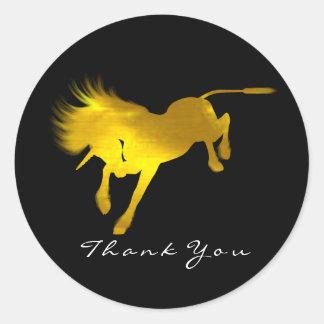 Sticker Rond Le cheval d'or de licorne tient le premier rôle le