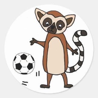Sticker Rond Lémur drôle jouant la bande dessinée du football