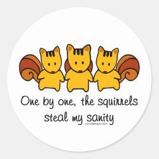 Sticker Rond Les écureuils volent ma santé d'esprit