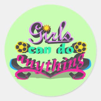 Sticker Rond Les filles peuvent faire n'importe quoi