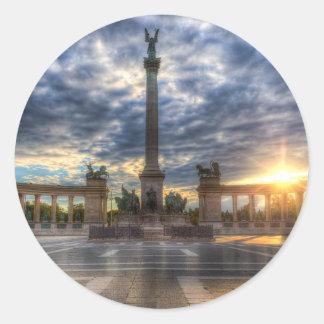 Sticker Rond Les héros ajustent le lever de soleil de Budapest