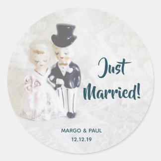 Sticker Rond Les poupées pimpantes ont juste marié