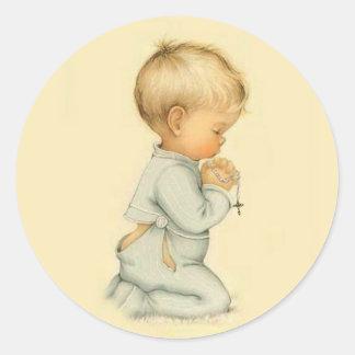 Sticker Rond Little Boy vintage priant le chapelet