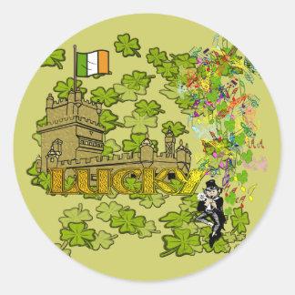 Sticker Rond Lutin chanceux et son château irlandais