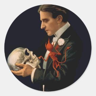 Sticker Rond Magicien vintage, Thurston tenant un crâne humain