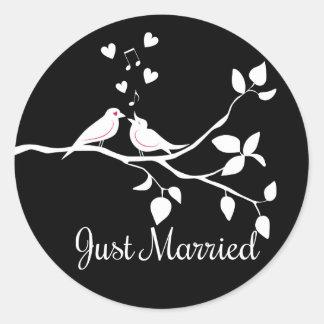 Sticker Rond Mariage marié noir et blanc de perruches juste