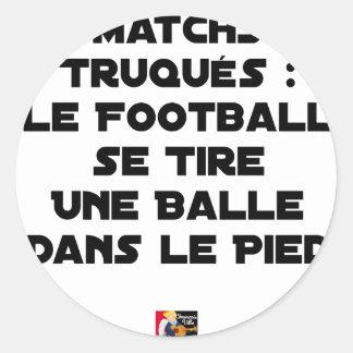 STICKER ROND MATCHS TRUQUÉS, LE FOOTBALL SE TIRE UNE BALLE DANS