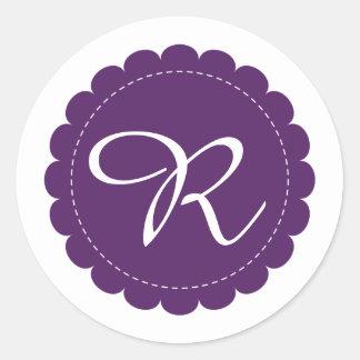 Sticker Rond Monogramme de Cursive de cercle cranté par pourpre