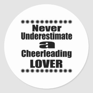 Sticker Rond Ne sous-estimez jamais l'amant Cheerleading