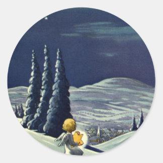 Sticker Rond Noël vintage, ange de neige marchant avec une