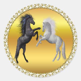 Sticker Rond Noir et un cheval blanc qui combattent