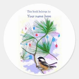 Sticker Rond Oiseau de Chickadee dans l'ex-libris d'arbre