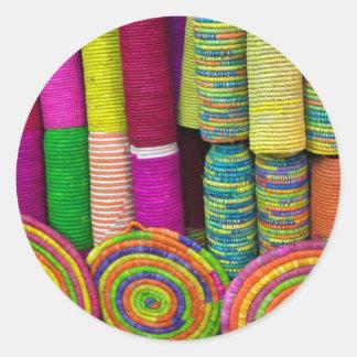 Sticker Rond Paniers colorés au marché
