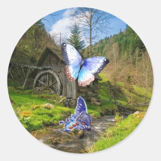 Sticker Rond Papillons énormes devant une ferme pittoresque