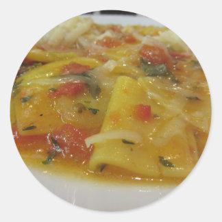 Sticker Rond Pâtes faites maison avec la sauce tomate, oignon,
