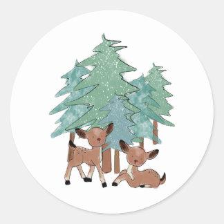 Sticker Rond Petits cerfs communs dans un paysage d'hiver