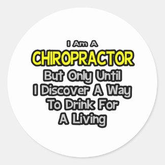 Sticker Rond Plaisanterie de chiroprakteur. Boisson pour vivre