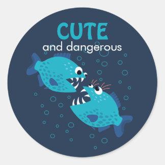 Sticker Rond Poissons mignons et dangereux des textes faits sur