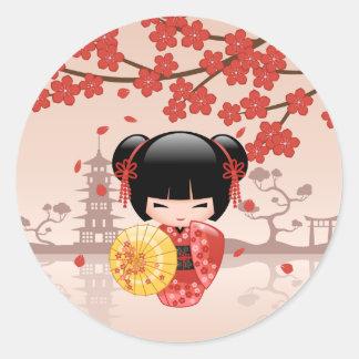 Sticker Rond Poupée rouge de Sakura Kokeshi - geisha japonais