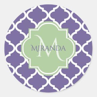 Sticker Rond Quatrefoil pourpre élégant et monogramme vert
