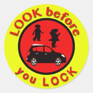 Sticker Rond Regardez avant que vous fermiez à clef